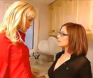 Hot Lesbians Kissing & Makeout