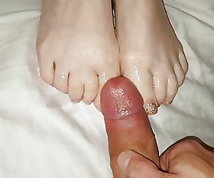 Cumming on her feet and toes